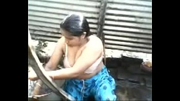 indian desi aunty sans bra outdoor tub seize.