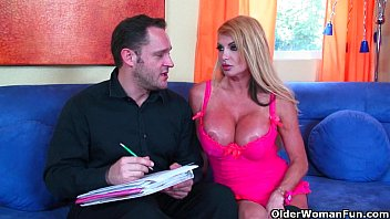 giant-chested cougar taylor wane gets her milk cans.