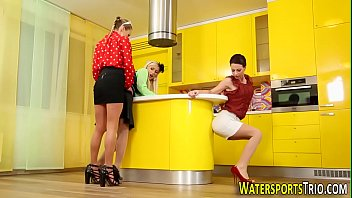 glam lesbos urinating